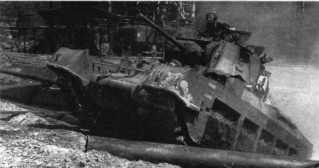 """""""Матильда"""" 1-го австралийского танкового полка во время высадки в Баликпапане на о.Борнео. 3 июля 1945 года"""
