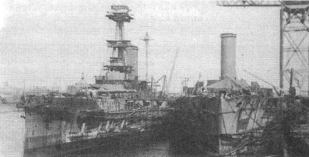 """Линейный корабль """"Эрин"""" в достроечном бассейне компании """"Виккерс"""", 3 июня 1914 г. Обратите внимание на все еще сохранившуюся грот-мачту (позже была демонтирована). Рядом с """"Эрином"""" у достроечной стенки линейный корабль """"Эмперор оф Индиа""""."""