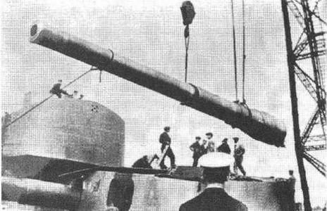 """Установка орудия главного калибра на линейный корабль """"Эджинкорт"""""""