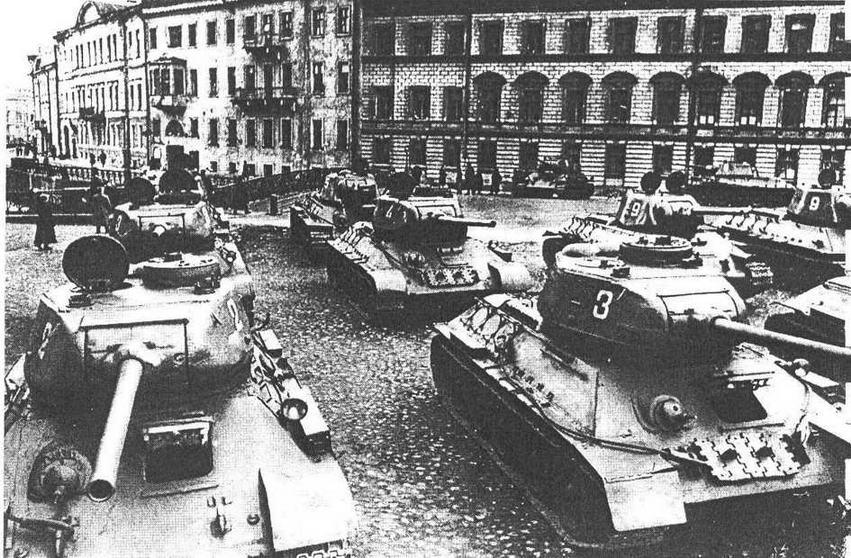 Тапки Т-34-85 перед парадом. Ленинград, 7 ноября 1945 года. У машины слева хорошо видна характерной формы бронемаска пушки С-53.