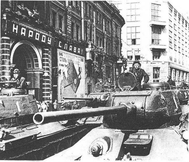 Огнеметные танки ОТ-34-85 на ул. Горького в Москве перед первомайским парадом 1946 года.