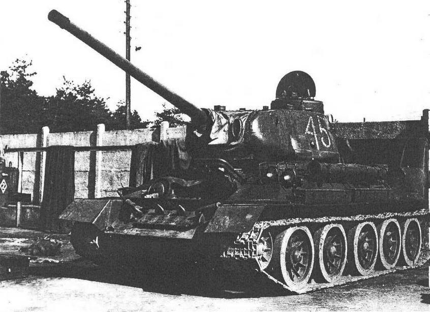 Танк Т-34-85М2 польского производства с герметизированной маск-установкой. На левом борту корпуса в положении по-походному закреплена труба ОПВТ.