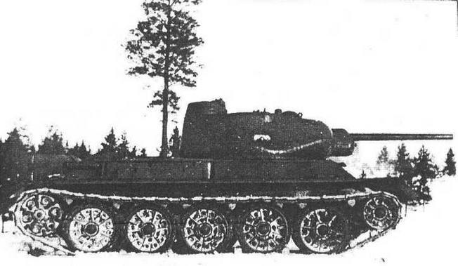 Опытный танк Т-43-1. Обращает на себя внимание высокая командирская башенка со смотровыми щелями по периметру, расположенная в кормовой части башни.