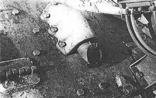 Характерные отличия танков польского производства: отбортовка вокруг маск-установки курсового пулемета для крепления герметизирующего чехла — вверху; фигурная отливка бронезащиты выхлопного патрубка и сам патрубок с отбортовкой — внизу.