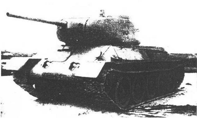 Опытный танк Т-43. Его характерные детали — люк механика-водителя, заимствованный у Т-34, и низкопрофильная командирская башенка.