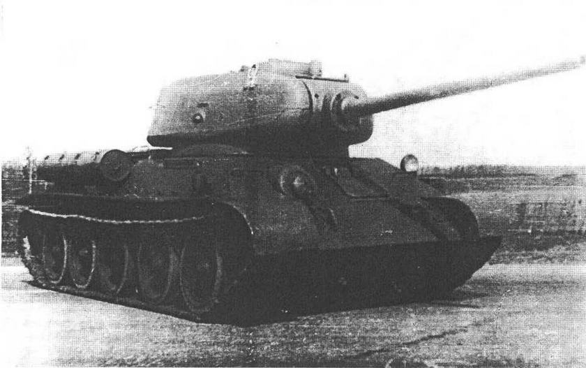 Один из первых танков Т-34-85 с пушкой Д-5Т на полигоне в Кубинке. Хорошо видны типичные лишь для этой модификации маска пушки, антенный ввод на правом борту корпуса, поручни на лобовой броне и т.д.