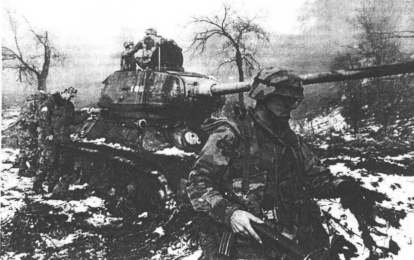 Военнослужащие армии США и Российской Армии из состава международных сил по поддержанию мира в Боснии осматривают подбитый сербский танк Т-34-85. Босния, 1996 год.