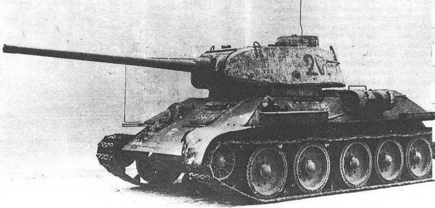 """Т-34-85 завода """"Красное Сормово"""". Промежуточная модель, сохранившая характерные детали ранних сормовских машин, — смещенный вперед наружный топливный бак и рымы из прутка."""