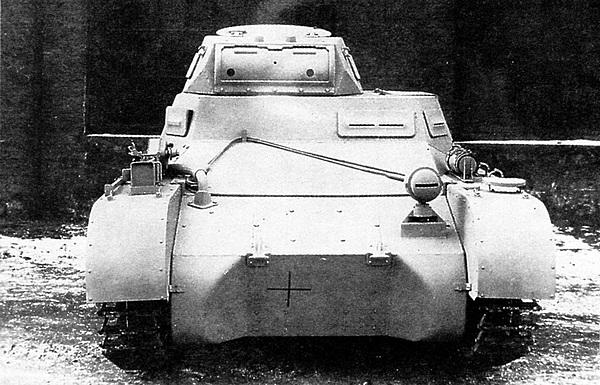 Pz.I Ausf.A — вид спереди. На большинстве танков фара со светомаскировочной насадкой устанавливалась посередине, а не слева.