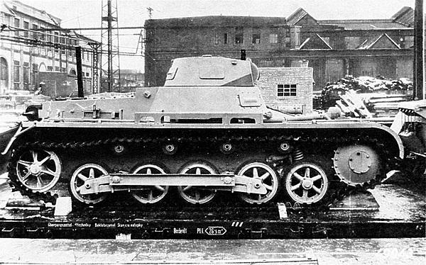 Pz.I Ausf.B. Прекрасно видна изменённая ходовая часть. Небольшая арочная конструкция в середине надгусеничной полки, предназначенная для укладки радиоантенны,— единственная деталь танка, выполненная из дерева.