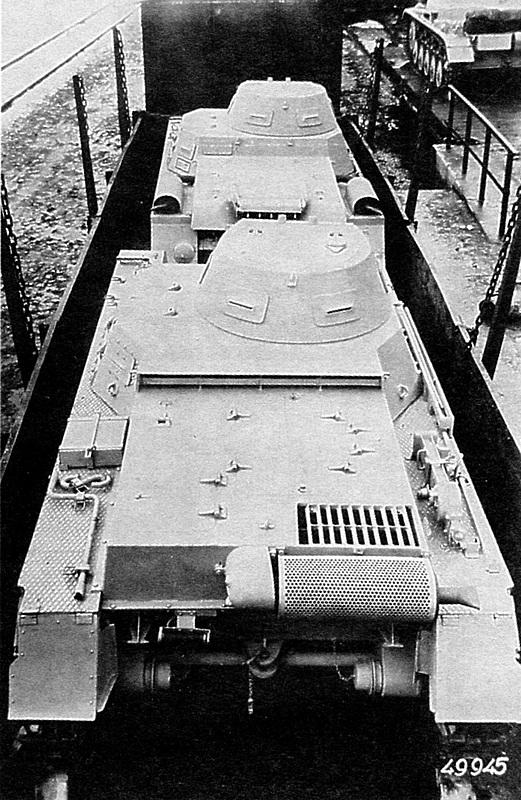 Pz.I Ausf.B, вид сзади сверху. Танк стоит «в затылок» Ausf.A. Хорошо видны все отличия в конструкции кормовой части обоих танков, включая новое размещение на Ausf.B инструмента и принадлежностей.