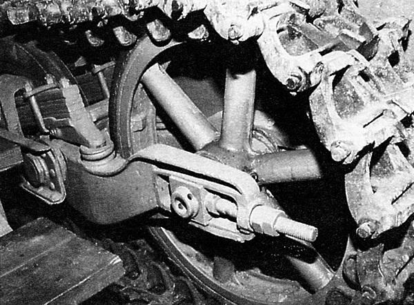 Ленивец Pz.I Ausf.A. Хорошо видны балансир ленивца, рессора и винтовой механизм натяжения гусеницы.