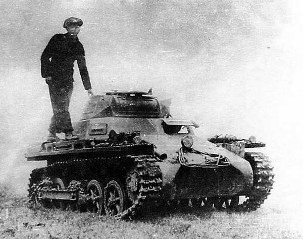 Этот снимок наглядно демонстрирует соотношение размеров танка и человека.