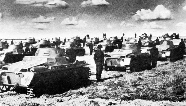 Pz.I Ausf.A во время манёвров в 1934 году. В качестве опознавательных знаков на машины нанесены белые круги и символы карточных мастей.