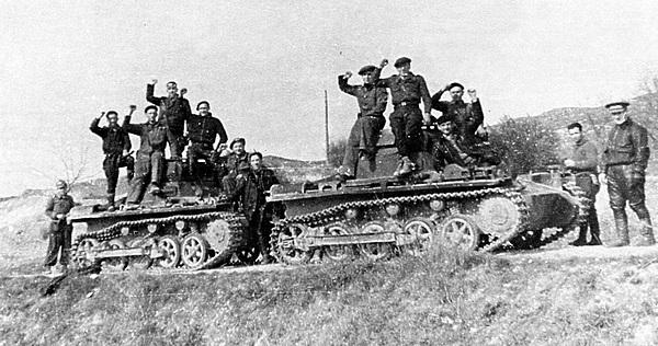 Немецкие танки, захваченные бойцами Республиканской армии. Испания, Центральный фронт, 1937 год.