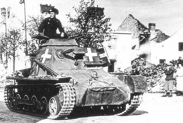 Командирский танк Kl.Pz.Bf.Wg. на улице одного из польских городов. 1939 год.