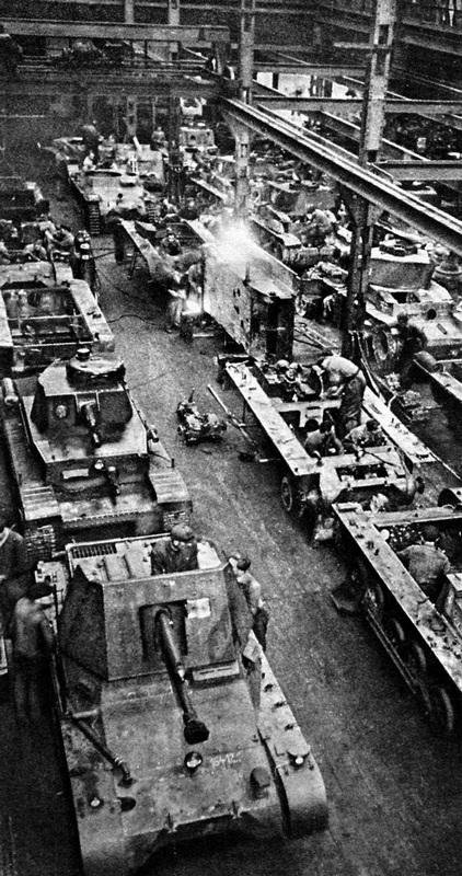 Капитальный ремонт танков и сборка самоходных орудий Panzerj?ger I (по-видимому, в цеху завода ?koda). 1940 год.