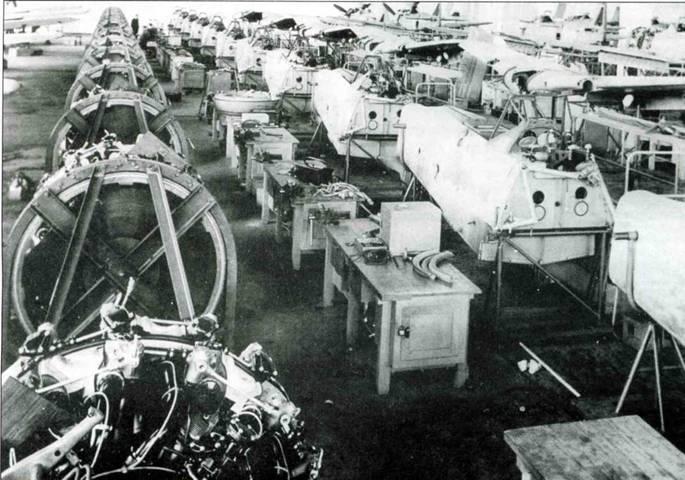 Сборочный цех. На снимке слева виден ряд двигателей, подготовленных к установке. В центре стоят фюзеляжи, справа уложены крылья.