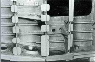 Два снимка, показывающие внутреннюю конструкцию крыла. Вверху центральная деталь главного лонжерона, внизу внутренняя сторона нижней обшивки.