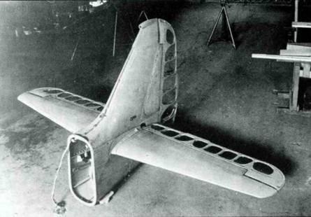 Хвостовое оперение Fw 190A-0. Обратите внимание на то, что горизонтальный стабилизатор уже имеет большой размах, но еще узкую хорду.