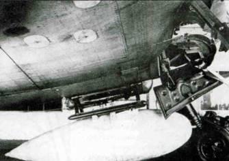 Два снимка Fw 190А-0, вид 3/4 и сбоку на подвесной бензобак. С самолета пришлось снимать створки ниши шасси, так как они задевали за бак.