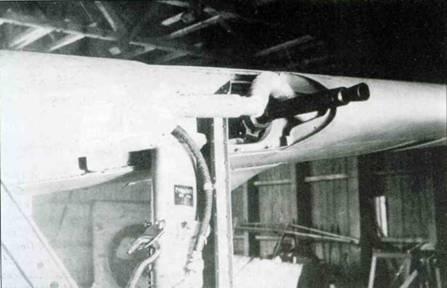 Левое крыло со снятым обтекателем пушки MG FF. Обратите внимание на гофрированную трубку, по которой к пушке подавался теплый воздух для ее подогрева.