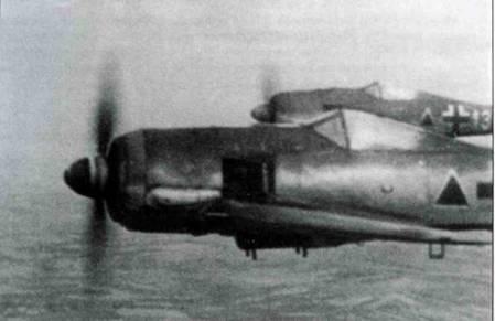 Обычно считается, что на этом снимке самолеты Fw 190A-5/U3 или F-2. В действительности, это Fw 190G-2, что хорошо видно по гладкой крышке капота, под которой нет пулеметов. Самолеты принадлежали SG 152 (учебно-боевому полку), действовавшему па Восточном фронте. Черные треугольники были обычным тактическим таком во многих частях непосредственной поддержки на поле боя.
