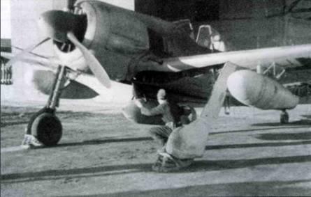 Fw 190G-2, совершавшие вылеты на дальние расстояния, обычно оснащались парой подвесных 300-литровых бензобаков. Баки подвешивались под крыльями на замках типа «Мессершмитт».