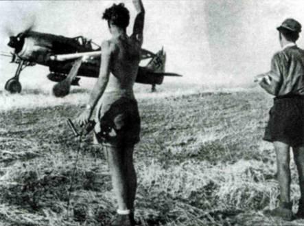 Fw 190G-3 вылетает на задание со средиземноморского аэродрома. Под крылом виден обтекатель замка для подвесного бака. По-видимому, на правом крыле сидит механик, который помогает пилоту рулить.