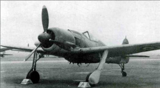 Самолет выглядит внушительно благодаря тяжелой торпеде и массивному бомбодержателю. Длинная стойка хвостового шасси также вносит свой вклад в новый «имидж» самолета.