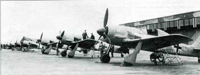 Одни из первых Fw 190А-0 на заводском аэродроме. Самолеты целиком выкрашены краской RLM 02 Grau.