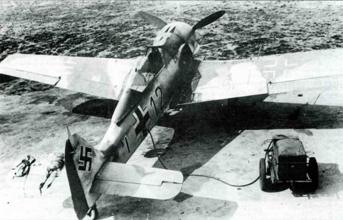 Fw 190A -4 in 8./JG 2, Франция, осень 1942 года. Хорошо видно расположение камуфляжных пятен на верхней стороне крыла и хвостового оперения.