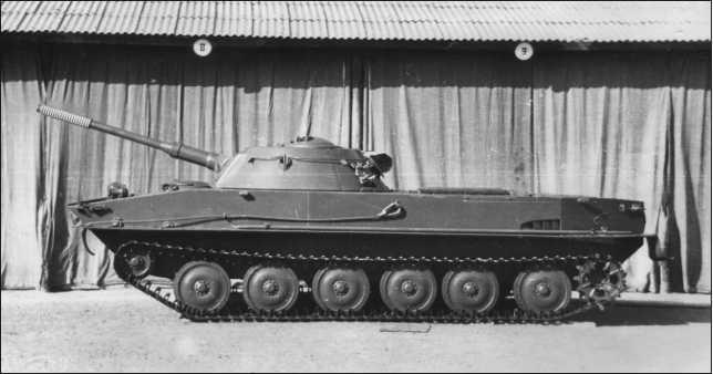 Танк ПТ-76 обр. 1952г. Обращают на себя внимание гладкие штампованные опорные катки и фара ФГ-10 в паре с сигналом на верхнем лобовом листе корпуса.