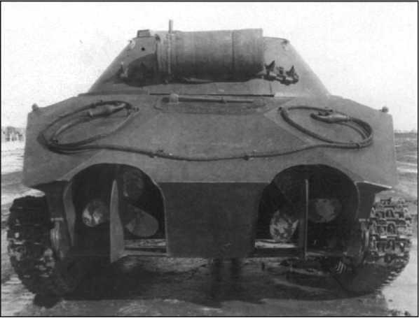 Танк К-90 (вид сзади). Водоходные рули в сложенном положении.