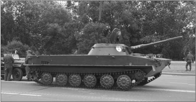 Танк ПТ-76 выпуска 1954 года перед парадом в Минске. 3 июля 2014 года. Эта машина прошла частичную модернизацию в 1956–1964гг.