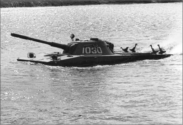 Танк ПТ-76 выпуска 1954 года на плаву. На крыше МТО видны кронштейны для крепления 90-л цилиндрических топливных баков.