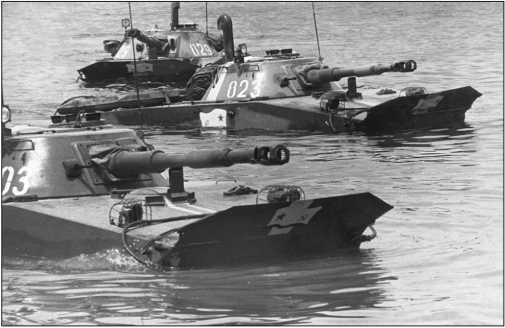 Танки ПТ-76Б одного из подразделений морской пехоты. У танков подняты волноотражательные щитки и установлены приборы наблюдения механика-водителя ТНП-370.