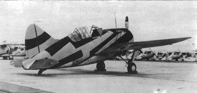 Этот F2A-1 имеет другую схему камуфляжа: Black (черный), Silver Gray (серебристо-серый), White (белый) и Dark Gray (темносерый). Испытания показали недостаточную эффективность камуфляжа Барклея. Самолеты обратно перекрасили в светло-серый цвет, работы над камуфляжем продолжились.
