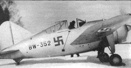 «Брюстеры» прибыли в Финляндию слишком поздно, чтобы участвовать в «Зимней кампании». Самолет выкрашен серебристой краской, в шести позициях помещен опознавательный знак финских ВВС — голубая свастика. В задней части фонаря видна упрощенная антенна радиопеленгатора.