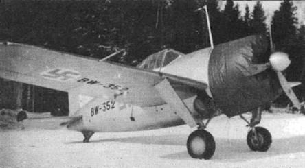 Капот самолета закрыт кожухом. Маленькое резиновое хвостовое колесо, приспособленное для палубы авианосца, обернуто брезентом, чтобы меньше изнашиваться на грунтовом аэродроме.