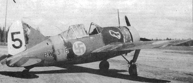 «Баффало модель 239» из 4./LeLv 24. На этом самолете летал командир эскадрильи капитан Совелиус. В 1941 году Совелиус заявил семь побед. Капот и полоса на фюзеляже желтые, черный тактический номер на белом руле направления, на фюзеляже эмблема полка — рысь на белом поле.