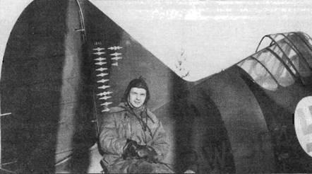 Кандидат в офицеры Л. Ниссинен заявил 22,5 победу летая на истребителе «Брюстер 239». Снимок сделан в тот момент› когда на счету пилота значилось 15,5 побед, отмеченных на киле его машины.