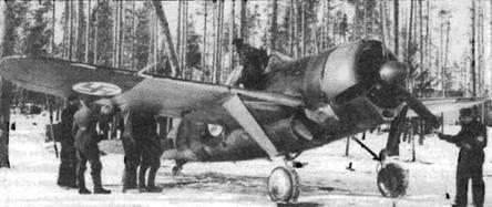 Механики и пилоты встречают истребитель «Модель 239», вернувшийся из боевого вылета. Темная поверхность на нижней стороне крыла в действительности представляет собой желтые элементы быстрой идентификации.