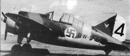 «Баффало» из 4./LeLv 24, что видно по красно-бело-красному коку, белому рулю направления с черным тактическим номером и белому силуэту птицы. Серебристые поверхности закрашены голубой краской, что было характерно для большинства самолетов с конца 1942 года.