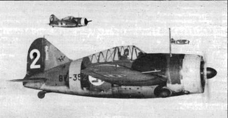 Три «Брюстера» из 2./LeLv 24 в боевом вылете, осень 1942 года. На киле ближайшего самолета черная эмблема в виде силуэта лося. На киле также видны отметки о 12,5 победах. Принято считать, что это машина фельдфебеля Киннунена.