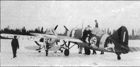 Эти два истребителя «Модель 239» столкнулись на заснеженной ВПП, март 1943 года. По-видимому, повреждения самолетов минимальны. Оба самолета несут временный зимний камуфляж, выполненный в разном стиле. Ближний к нам самолет «BW- 371» имеет голубой киль с белой «1», что указывает на принадлежность к 1./LeLv 24.
