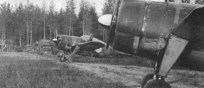Два истребителя «Модель 239» из 1./HLeLv 26. Желтая полоса быстрой идентификации теперь видна только на нижней половине капота — эту схему ввели в 1944 году.