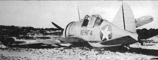 F2A-2 были первыми истребителями в формирующихся эскадрильях корпуса морской пехоты США. Этот F2A-2P (оснащенный фотокамерой) служил в составе VMF-112 в Сан-Диего в середине 1942 года. Верхняя сторона самолета окрашена матовой серо-синей краской.