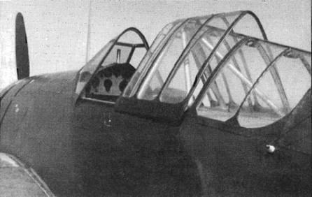 Истребитель «Модель 339В» имел простой вертикальный прицел вместо телескопического прицела, обычного для американских истребителей. За креслом пилота установлена массивная противокапотажная дуга. На фюзеляже у заднего угла фонаря виден белый изолятор входного отверстия радиоантенны.