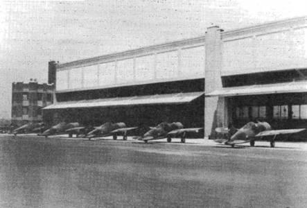 Пять бельгийских истребителей «Модель 339В» на площади перед сборочным цехом фирмы «Брюстер», Ньюарк. Агрегаты истребителей собирались на заводе в Квинсе, Нью-Йорк, а затем доставлялись в Ньюарк, где самолеты собирались и облетывались.
